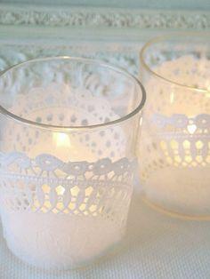 瓶やガラスに貼る場合は、デコパージュ用のボンドを使うとボンドが乾いた時に白く残りません。