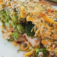 Virkelig lækker & nem fiske-ret. 4 laksefileter (ca. 400g) 5 ml. citronsaft 2 broccoli i små buketter 1 bdt. frisk dild (de små potter) 1 bdt. frisk purløg (de små potter) 400g skyr fra levevis 270g skrællede, groft revne gulerødder 30g revet mozzarella 13% fra... #aftensmad #kalorielet #proteinrig
