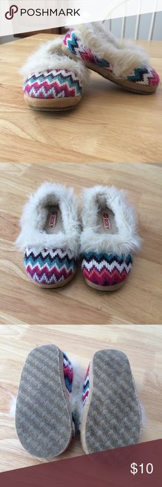 🌺 Little Girls Roxy Slippers ~ sz 10 Absolutely adorable Roxy slippers! Used but lots of life left! Roxy Shoes Slippers