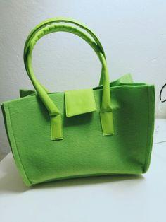 #Borsa in #feltro ed #ecopelle #verdeacido. #handmade #green #handbag