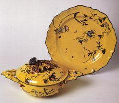 Tazza da brodo con piatto imitazione della Veuve Perrin. Marsiglia, seconda metà del XIX secolo – inizio XX secolo. Maiolica rivestita di smalto giallo decorata con colori a gran fuoco.
