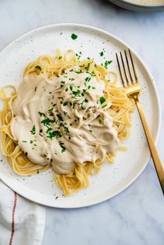 This vegan fettuccine alfredo tastes decadent, but the creamy sauce is filled with healthy plant based ingredients. An easy dinner in under 30 minutes! // 190 cal, F, C, P Vegan Dinner Recipes, Vegan Dinners, Whole Food Recipes, Fettuccine Alfredo, Fettuccine Noodles, Cashew Recipes, Pasta Recipes, Sauce Recipes, Copycat Recipes