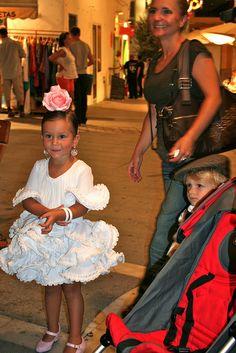 Niña feria Princess Style, My Princess, Flamenco Dancers, White Wedding Dresses, Ruffle Skirt, Animals For Kids, Kids Fashion, Women's Fashion, Fashion Dresses
