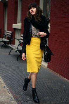 黄色のタイト・ペンシルスカートコーデ
