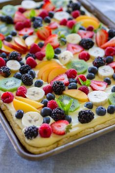 finished fruit pizza on table Dessert Party, Bon Dessert, Dessert Pizza, Fruit Recipes, Dessert Recipes, Cooking Recipes, Cuban Recipes, Fruit Flan Recipe, Frosting Recipes