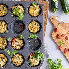 Muistatko pikakaalikääryleet? Nyt tehdään samaan tapaan kesäkurpitsakääryleitä! Chilillä, korianterilla, inkiväärillä ja limellä maustetut kesäkurpitsakääryleet ovat täydellisiä! Resepti blogissa! #kesäkurpitsakääryleet #kesäkurpitsa #kääryleet #muffinssipelti Palak Paneer, Chili, Ethnic Recipes, Husband, Food, Life, Chilis, Meals, Yemek