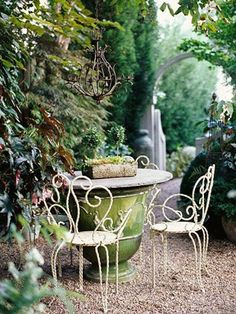 A small garden space doesn't mean you can't have the garden you want. Here are our favorite ideas for small garden ideas, including small patio garden ideas, to help you maximize your space! Garden Table, Garden Art, Garden Design, House Design, Big Garden, Garden Seating, Patio Table, Diy Table, Small Gardens