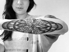 Schwarz Weißes Tattoo mit Blumen im Tribal - Stil