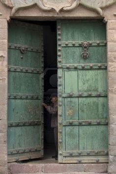 El hombre abrió la puerta de un edificio, la Plaza de las Nazarenas, Cusco, Perú