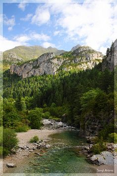 Valle de Bujaruelo, Huesca.  valle despoblado del Pirineo de la provincia de Huesca (España) lindante con el Parque Nacional de Ordesa y Monte Perdido, justo al noroeste del valle de Ordesa, y donde nace el río Ara, de que forma parte como zona periférica de protección. A pesar de su extraordinario valor natural y de los varios intentos llevados a cabo, intereses urbanísticos, turísticos y ganaderos han evitado su incorporación al mencionado Parque aún a pesar de ser limítrofe con él.