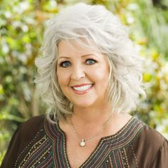 Paula Deen, my idol. One of the most beautiful, genuine and loveliest ever. I wish I could meet and cook with her. Paula Deen, Peinados Pin Up, Corte Y Color, Aging Gracefully, Grey Hair, My Idol, Beautiful People, Beautiful Smile, Curly Hair Styles