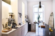 A design collaboration between European furniture manufacturer Vitra and lifestyle voyeur Freunde von Freunden lays out a blueprint for contemporary living in Berlin's Mitte. Apartment Interior, Kitchen Interior, Berlin Apartments, Small Apartment Kitchen, Appartement Design, European Furniture, Cuisines Design, Dining Room Design, Home Kitchens
