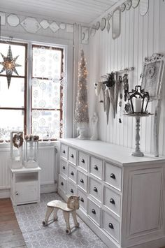 Simple holiday decorating.  Love the white and silver palette #holidaypartyideas #christmasideas
