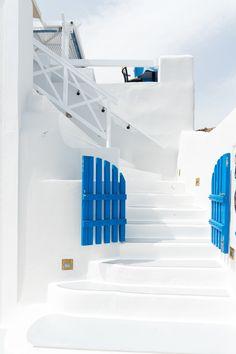 stairs as seating Santorini Greece Beaches, Santorini House, Vacation Destinations, Dream Vacations, Greece Architecture, Greece Photography, Mediterranean Design, Paros, Greece Travel