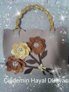Pretty bag! :-) Felt Crafts, Paper Crafts, Hessian Bags, Felt Purse, Flower Bag, Patchwork Bags, Vintage Bags, Felt Flowers, Purse Wallet