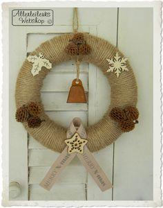 Kerst krans van piepschuim bewerkt met jute touw, leuk om zelf te maken! Materialen vindt je in onze shop.
