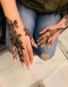 this is Latest Easy Henna Mehndi Design Pattern for Hands Pretty Henna Designs, Henna Designs Feet, Finger Henna Designs, Mehndi Designs For Fingers, Henna Tattoo Designs, Henna Tattoos, Henna Tattoo Hand, Foot Henna, Latest Arabic Mehndi Designs