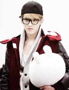 Kris (leader) EXO-M - this man never failed to look attractive even when carrying a plushie >.<