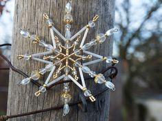 Vánoční ozdoba - Bílo zlatá hvězdička Vánoční hvězdička z korálků a perliček, broušených korálků na pevné drátěné konstrukci , velikost 10 cm v barvách zlatá a porcelánově bílá