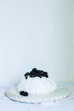 // Blackberry Pavlova