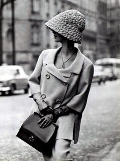 Shetland crême wool suit by Jean Patou, Hermès gloves + bag. Photo: Georges Saad (Paris, 1962).