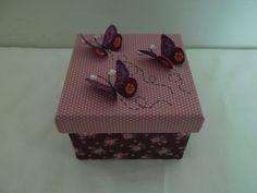 Caixa em MDF quadrada, revestida com tecido de algodão , aplicação feita em tecido de algodão na tampa.  Contendo adereços diversos.