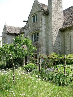 Kelmscott Manor is a limestone manor house in the Cotswold village of Kelmscott, Oxfordshire, England. English Manor, English Countryside, Cotswold Villages, Farmhouse Garden, House Of Beauty, Interesting Buildings, Back Gardens, Abandoned Houses, Historic Homes