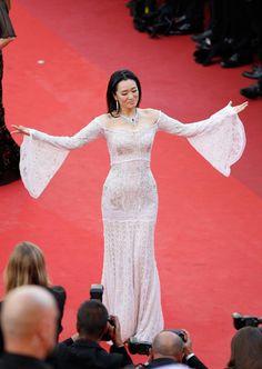 L'actrice chinoise Gong Li, en harmonie avec le photocall. (Cannes, 11 mai 2016.)
