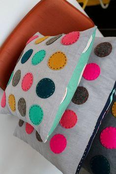 4 tipos de travesseiros de feltro para fazer e vender muito fotos - Feltro Felt Cushion, Felt Pillow, Diy Cushion, Cushion Covers, Cushion Inserts, Cute Pillows, Diy Pillows, Sewing Crafts, Sewing Projects