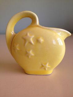 Shawnee Pottery pitcher with stars. I still like the blue better, but it doesn't matter, I have neither. Roseville Pottery, Mccoy Pottery, Vintage Pottery, Ceramic Pottery, Pottery Art, Vintage Dishes, Vintage Kitchen, Teapot Cookies, Shawnee Pottery