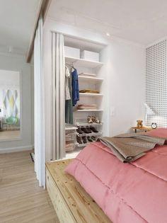 aneks sypialniany,mała sypialnia,pomysł na małą sypialnię,półki w aneksie sypialni,mała sypialnia,aranzacja sypialni na drewnianym podeście,sypialnia w małym mieszkaniu