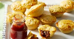 Homemade party pies - Recipes to Cook - Torten Party Pies Recipe, Mini Pie Recipes, Pastry Recipes, Baking Recipes, Snack Recipes, Savoury Recipes, Savoury Pies, Beef Recipes, Pudding Recipes