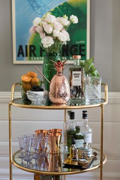 If you have interest in households then you must know about gold bar cart. There are some points to help you in finding the best bar cart from the market. Diy Bar Cart, Gold Bar Cart, Bar Cart Styling, Bar Cart Decor, Styling Tips, Bandeja Bar, Bar Sala, Bar Trolley, Bar Carts
