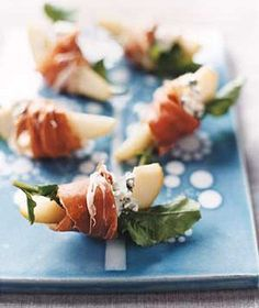 Pears With Blue Cheese and Prosciutto. With a glass of white wine, great idea for Christmas Eve. dinner starters Pears With Blue Cheese and Prosciutto Appetizers For Party, Appetizer Recipes, Quick Appetizers, Elegant Appetizers, Appetizer Ideas, Christmas Dinner Ideas Appetizers, Elegant Christmas Desserts, Food For Parties, Fancy Party Food