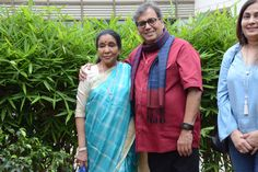 Asha Bhosle visited Subhash Ghai's Whistling Woods International for 5th Veda Session. She looked beautiful and fresh in a blue coloured saree with a cream blouse to match with. His daughter Meghana Ghai Puri was also present at the event.