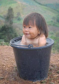 bain bébé dans seau d'eau