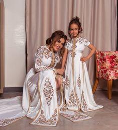 ن طبعي التجدد في تصاميمي ولاكن الحفاظ على الأصالة واج Oriental Dress, Oriental Fashion, Morrocan Dress, Prince Costume, Girls Party Wear, Hijab Dress Party, Pink Evening Dress, Mother Daughter Outfits, Caftan Dress