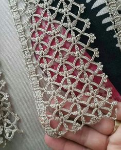 Eleneci Castelo Martins's media content and analytics Crochet Blanket Edging, Crochet Motif, Crochet Doilies, Crochet Stitches, Crochet Patterns, Shuttle Tatting Patterns, Wedding Table Linens, How To Make Rings, Crochet Leaves