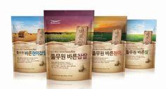 Pulmuone Prenium Rice  Composants : L'emballage est simple, attrayant par les couleurs. Il évoque notamment le voyage, et même  l'évasion grâce à l'horizon clair et dégagé.  Fonctions : Ce packaging primaire sert à protéger le produit et à faciliter l'usage grâce à son opacité et à une fermeture hermétique et facile (en zip). Il permet également d'évoquer le voyage, le plaisir chez le consommateur et donne une impression de riz haut de gamme.