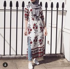 Pin by fareya naaz on muslim dress styles мусульманская женс Street Hijab Fashion, Abaya Fashion, Muslim Fashion, Modest Fashion, Fashion Dresses, Casual Hijab Outfit, Hijab Chic, Muslim Dress, Hijab Dress