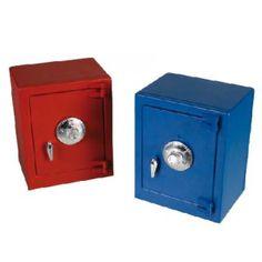 Hucha - Caja Fuerte con combinación secreta. Ahorra de una forma segura con ésta hucha en forma de caja fuerte y con sistema de cerradura de combinación para más seguridad. Presentación en caja. Mide 13 x 11 x 8 cm. Disponible en 4 colores surtidos.