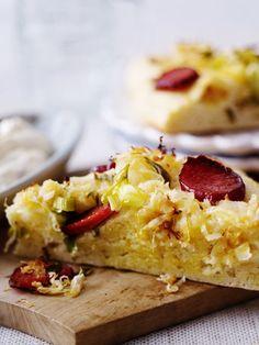 Kartoffel-Kuchen mit Sauerkraut und Kabanossi