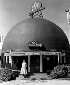 hollywood golden age Hollywood's original Brown Derby restaurant, on Wilshire Blvd., is a favorite gathering place for members of the movie industry. The Brown Derby is slated to b California History, Vintage California, California Dreamin', California Camping, Brown Derby Restaurant, Vintage Restaurant, Old Pictures, Old Photos, Vintage Photos