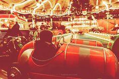 Rückblick Nr. 2 ... Hier gehts rund zur Freude des Kleinen. Genauso rund wird es hoffentlich auch in diesem Jahr an der Fotofront gehen ... zur Freude des Großen.  Ich bin gespannt auf viele tolle Eindrücke und neue Inspirationen und werde mich bemühen dazu auch mein Teil beizutragen.  _ #rückblick #lookback #weihnachtsmarkt #karussel #carousel #rennauto #rennfahrer #auto #racing #kinderfreuden #kidsfun #familytime #lights #christmaslights #christmasmarket #instacar #instacute…