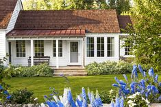 This Charming Farmhouse Is Hiding a Surprising Secret in Its Beautiful Design Country Farmhouse Decor Always aspired to discover ways to knit, yet not sure where to start? This kind of Complete Begi. Idaho, Fresco, Porch Kits, Porch Ideas, Patio Ideas, Building A Porch, Farmhouse Landscaping, House With Porch, House Front