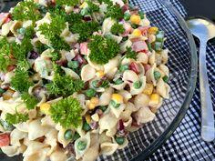 Super lækker opskrift på en cremet pastasalat med pikantost og bacon - perfekt til frokost, som let aftensmad og til at tage med i madpakkerne.