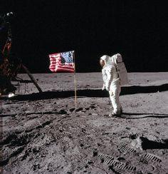 写真:米国が月面に残してきた星条旗=NASA提供