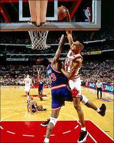 Scottie Pippen throwdown on Ewing