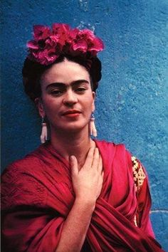For 10 years, photographer Nickolas Muray and artist Frida Kahlo had an affair. During this time, Muray shot a colorful collection of Frida Kahlo photos. Diego Rivera, Frida E Diego, Old Posters, Nickolas Muray, Kahlo Paintings, Selma Hayek, Last Minute Halloween Costumes, Halloween Ideas, Happy Halloween