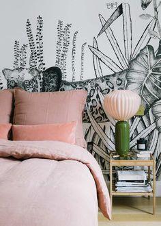 L'appartement parisien de la créatrice deSézane, Morgane Sézalory, et sa famille est à craquer! Sur un canevas de blanc et d'anthracite, les couleurs d'accents viennent ponctuer l'espace en petites touches en camaïeux colorés ludiques mais très design.